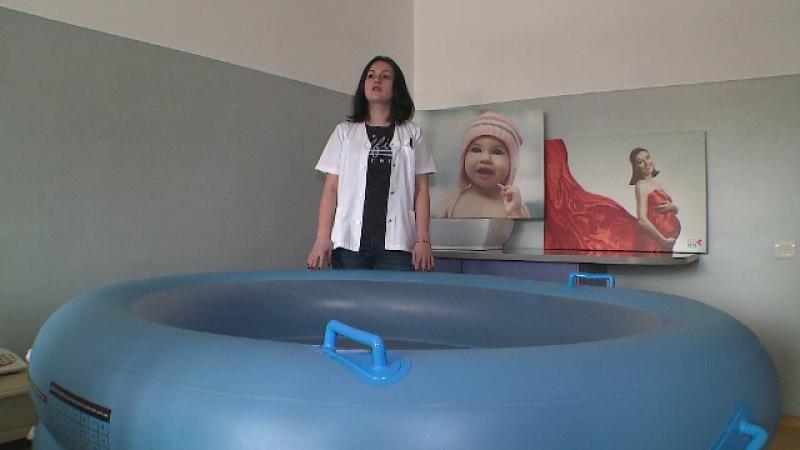 Tot mai multe femei cer introducerea nasterilor in apa in maternitatile din Romania. Doar in 3 orase exista bazine speciale