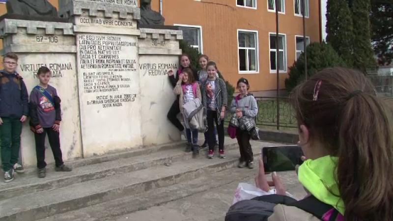 Satul din Romania unde sunt cele mai multe statui la suta de locuitori. Tinerii isi fac selfie cu ele si se lauda pe Facebook