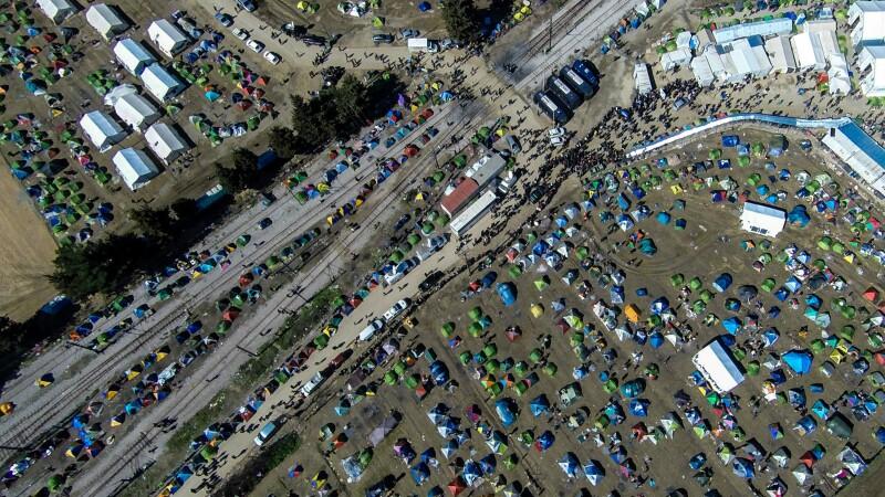 Scene de cosmar la granita dintre Grecia si Macedonia. 13.000 de refugiati cer sa treaca frontiera.