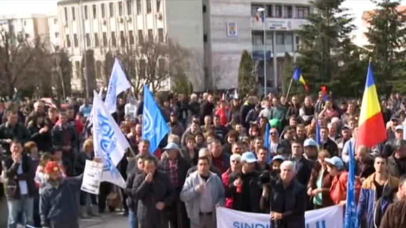 Infrastructura deplorabila ar putea muta uzina Dacia in nordul Africii. 8.000 de angajati au protestat pentru autostrada