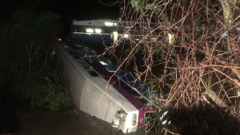 Cel putin 14 oameni raniti, dupa ce un tren a deraiat in California. Unul din vagoane a cazut intr-un rau