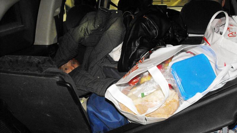 Copil, gasit in portbagajul unei masini de politistii de frontiera. Unde era mama lui in acest timp