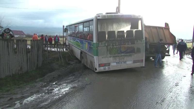 Un pieton a fost acrosat de un autobuz, dupa ce doua masini s-au lovit. Soferul sustine ca a vrut sa evite o basculanta