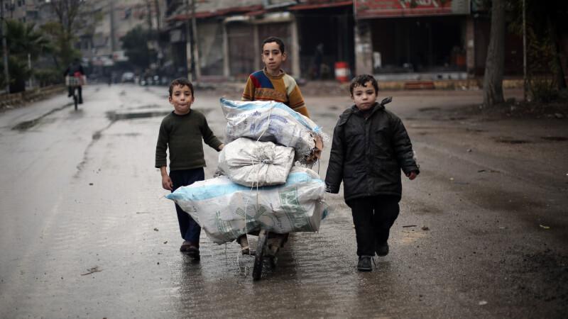 Efectele razboiului din Siria: copiii sunt nevoiti sa manance iarba si mancare pentru animale ca sa supravietuiasca