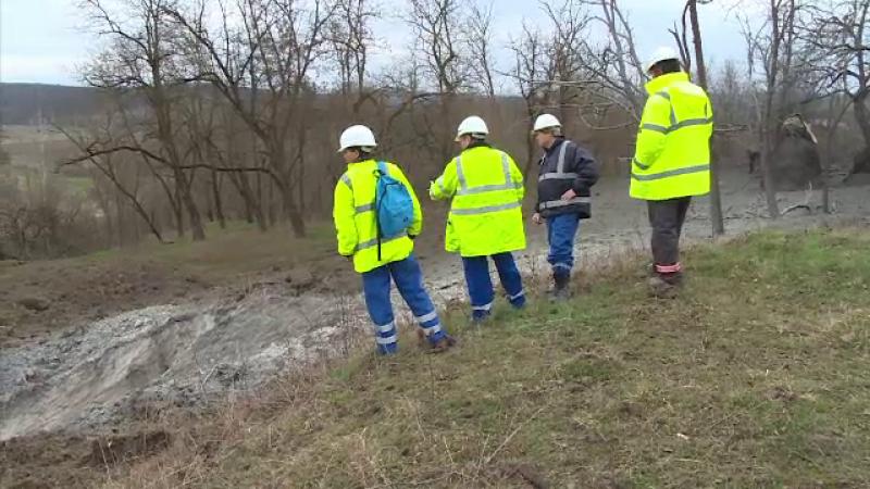 Pericol de explozie intr-o localitate din Gorj, dupa o alunecare de teren. O casa sta sa se prabuseasca