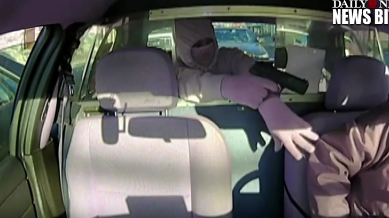 A intrat in taxi si i-a pus pistolul la tampla soferului, insa a avut parte de o surpriza. Momentul a fost filmat. VIDEO