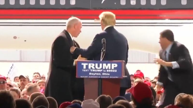 Momentul in care un protestatar a vrut sa se urce pe scena, alaturi de Trump. Secret Service a intervenit imediat. VIDEO