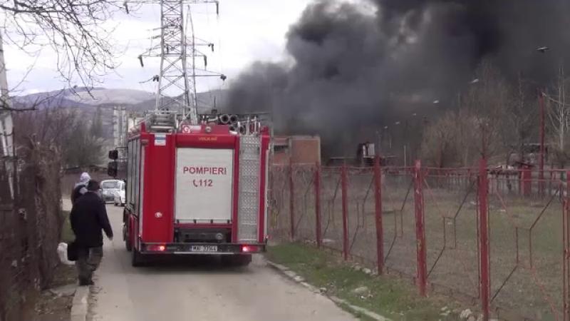 Explozie puternica la o fabrica de parfumuri din Onesti. Fumul negru de substante toxice s-a extins pe cativa kilometri