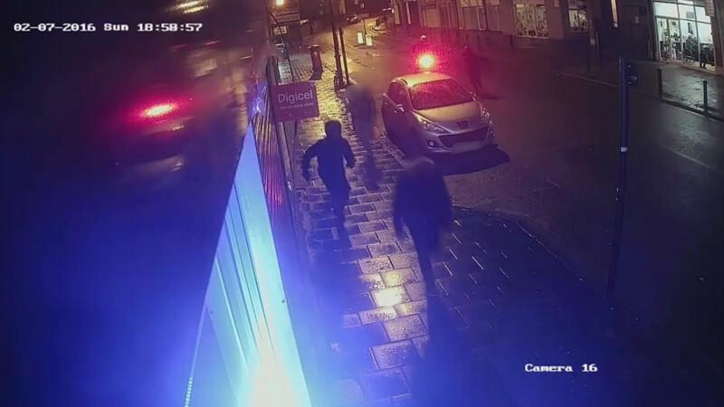 Imaginile socante in care un barbat pe scuter impusca un grup de trei tineri in Londra. VIDEO