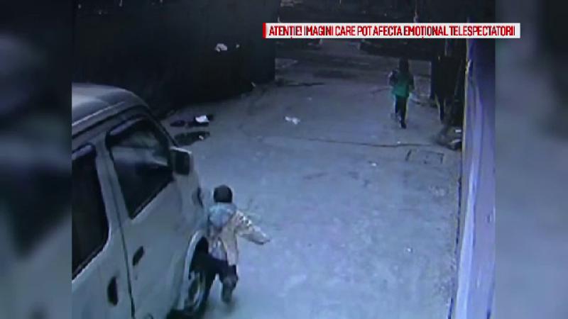 Accident FILMAT. Un copil de 4 ani a fost calcat de o furgoneta, iar oamenii au impietrit de uimire cand au vazut ce a urmat