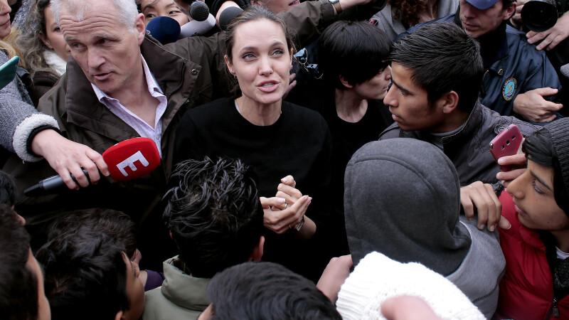 Angelina Jolie s-a intalnit cu peste 4.000 de refugiati, in Grecia. Reactia oamenilor cand au vazut-o pe actrita. FOTO