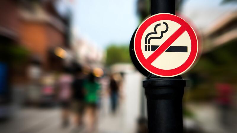 Prima zi fara fum si primele tensiuni intre fumatori si nefumatori. Ce s-a intamplat dupa ce o femeie si-a reclamat vecinul