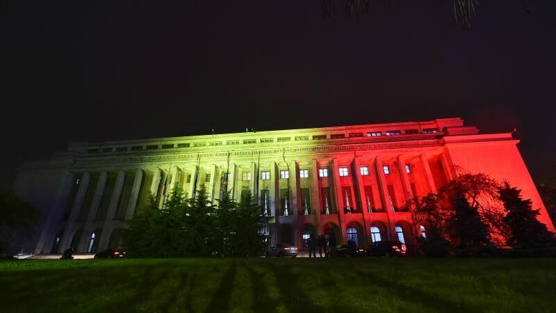 Cladirea Guvernului Romaniei, iluminata in culorile drapelului belgian. Gestul facut de Ciolos dupa un moment de reculegere