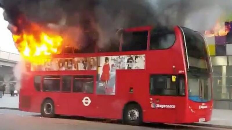 Un autobuz din Londra, cuprins de flacari in plina strada. Imaginile au devenit virale pe retelele de socializare
