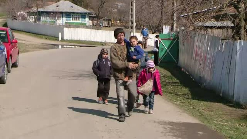 A ramas pe drumuri impreuna cu cei cinci copii. Casa unei familii din Iasi, distrusa complet de un incendiu
