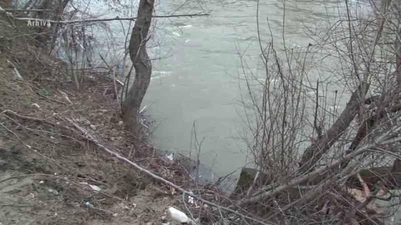 Fetita de cinci ani, gasita aproape moarta intr-un canal de la marginea localitatii. Parintii n-au oferit nicio explicatie