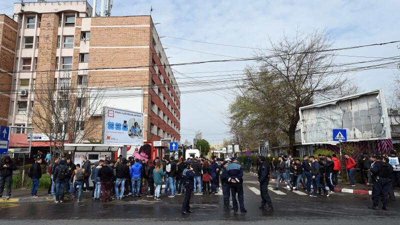 1000 de studenti au protestat pentru ca nu mai pot fuma in Regie. Solutia unui patron ca sa nu-si piarda clientii fumatori