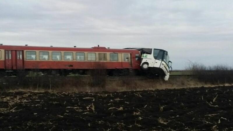 Autocar lovit de tren in judetul Timis. O femeie a fost luata de ambulanta, dar pe drum si-a revenit complet