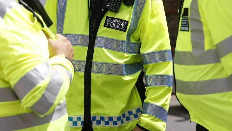 Doi barbati au fost injunghiati in centrul Londrei, la o ora de varf. Atacatorul este inca liber