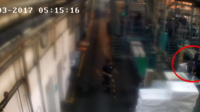 O femeie a fost la un pas de a fi zdrobita intr-o presa, la o fabrica din Dambovita. Cine a salvat-o in ultima clipa