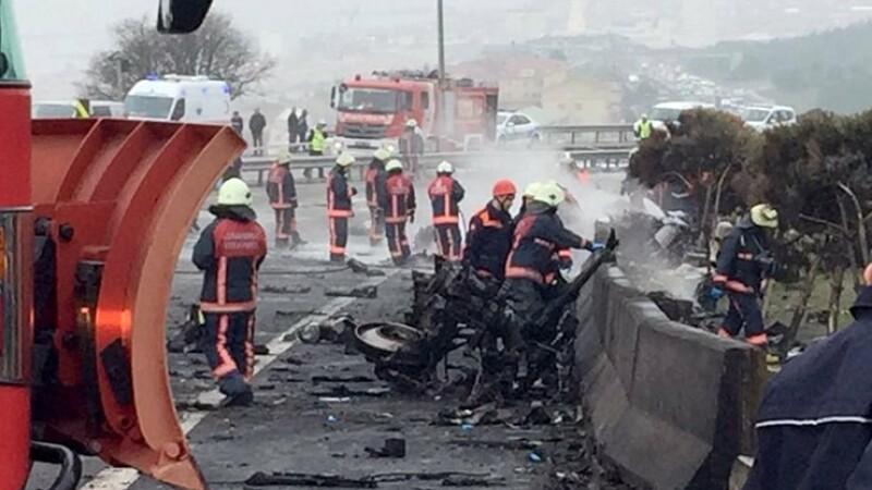 Un elicopter a lovit un turn de televiziune si s-a prabusit pe o sosea din Istanbul. Cinci oameni au murit. VIDEO