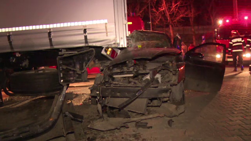 Un sofer de 22 de ani din Bistrita a intrat cu masina sub un TIR parcat. O fata de 21 de ani este in stare grava