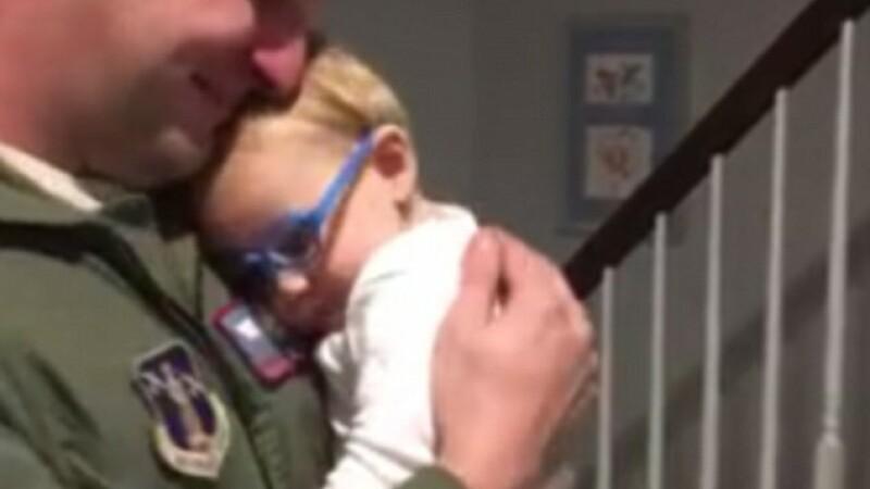 Revederea dintre un copil de 9 luni, cu probleme de vedere, si tatal sau a fost filmata. Momentul este emotionat. VIDEO