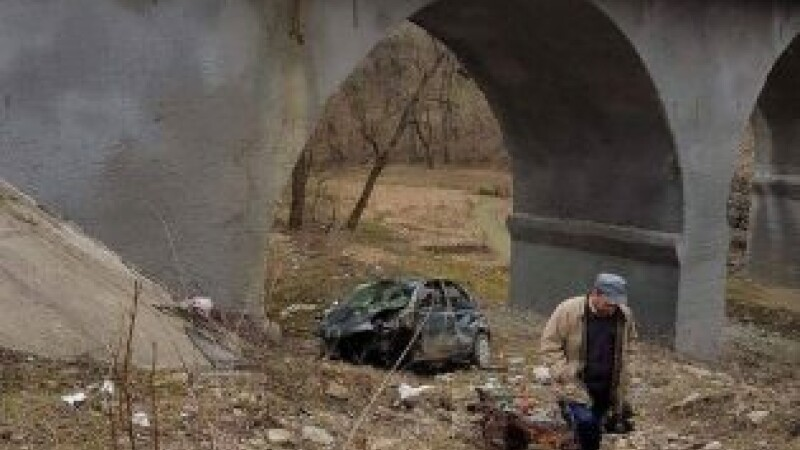 Copil de 14 ani ranit dupa ce a plonjat in gol de pe un pod cu masina parintilor pe care a furat-o de acasa