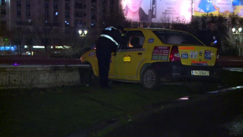Doua persoane au ajuns la spital, dupa ce taxiul in care se aflau a intrat intr-o fantana, in Capitala. Masina ar fi derapat