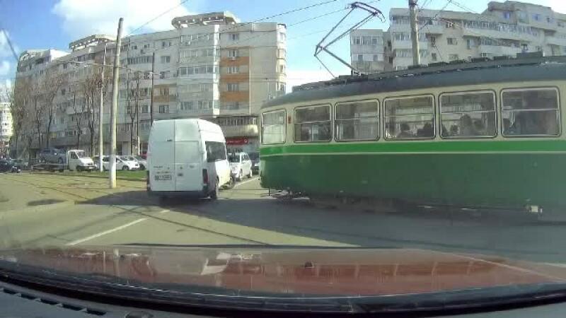 VIDEO de pe camera de supraveghere. Momentul in care un microbuz plin cu calatori evita la milimetru ciocnirea cu un tramvai