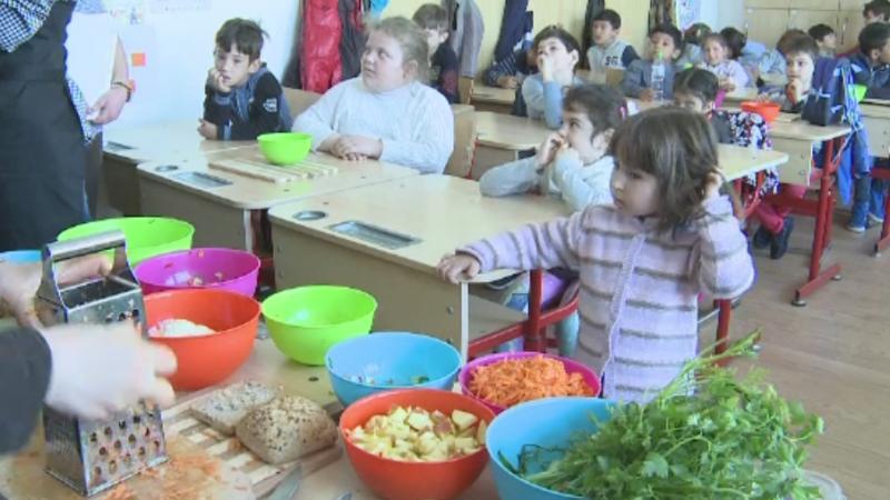 Programul bucatarului Jamie Oliver, care promoveaza mancarea sanatoasa, posibila materie in scolile romanesti