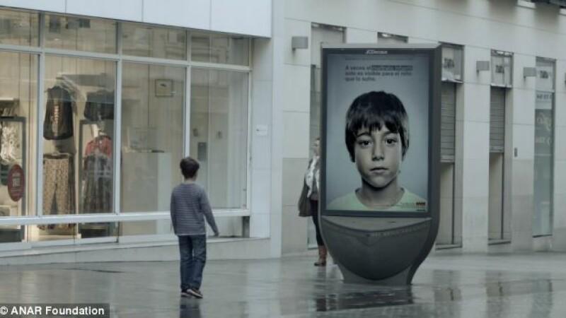 FOTO. Mesajul secret ascuns in acest panou publicitar. Cum poate fi citit textul