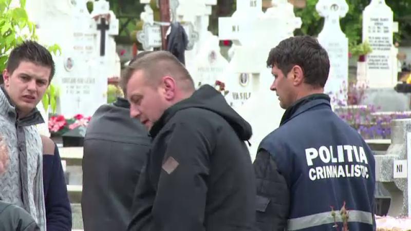 Mormantul in care era ingropat fostul bodyguard al lui Adi Minune a fost jefuit. Hotii au lasat doar sticlele de whiskey