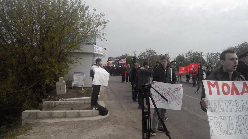 Blindate SUA ce intrau in R. Moldova pentru un exercitiu militar, intampinate cu proteste anti-NATO la frontiera. FOTO