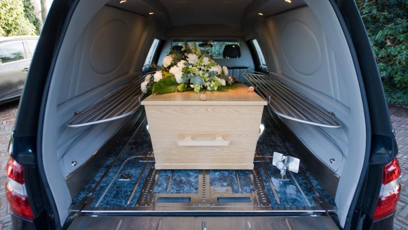 Soferul unei masini de pompe funebre a