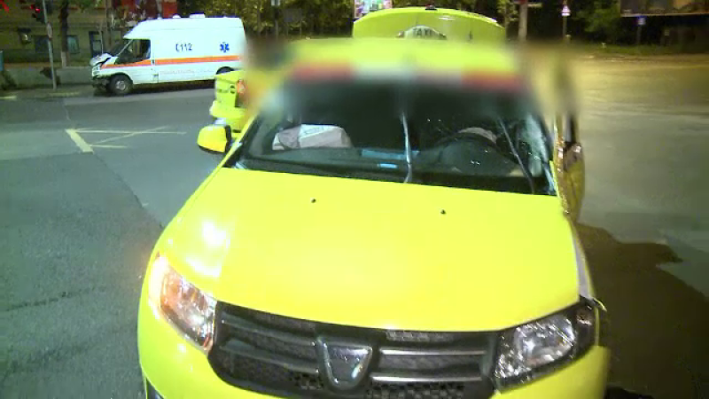 O ambulanta in care se aflau doi pasageri s-a ciocnit marti de un taximetru, in Capitala. Ce suspecteaza politistii