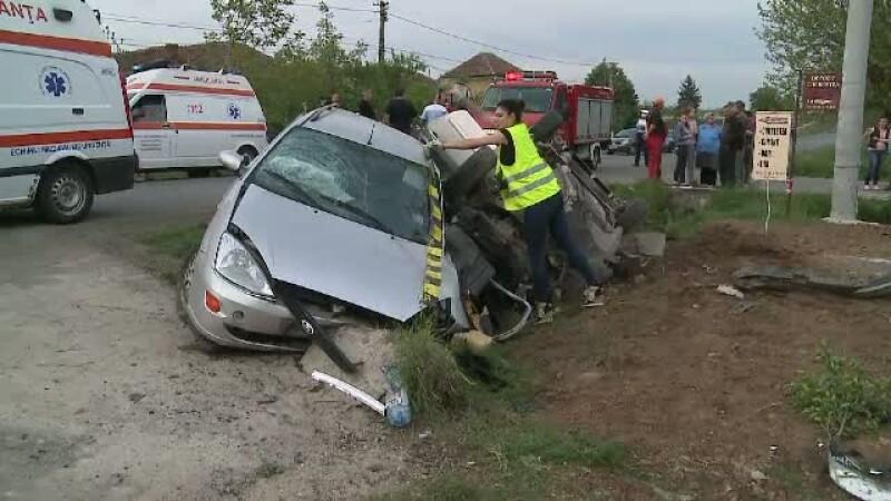 O soferita neatenta a provocat un accident grav langa Arad. Impactul a fost atat de violent incat masinile au ajuns in sant