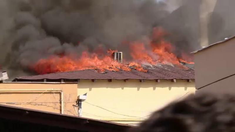 Incendiu puternic la un complex comercial din Brasov. La cativa metri de flacari doi barbati savurau cate o bere