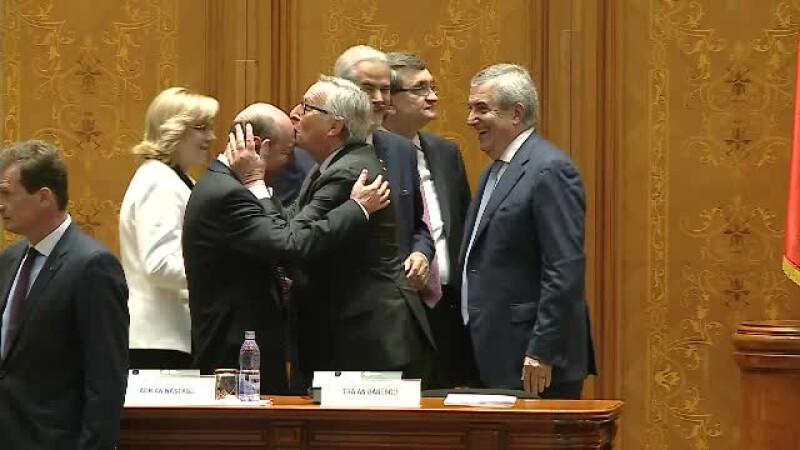 Presedintele Comisiei Europene, discurs in Parlamentul Romaniei. Jean Claude Juncker l-a pupat pe frunte pe Traian Basescu