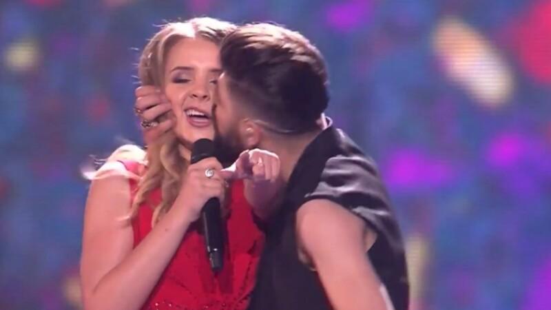 Reprezentantii Romaniei la Eurovision, ironizati pe internet. Glumele aparute dupa sarutul lor de pe scena. FOTO