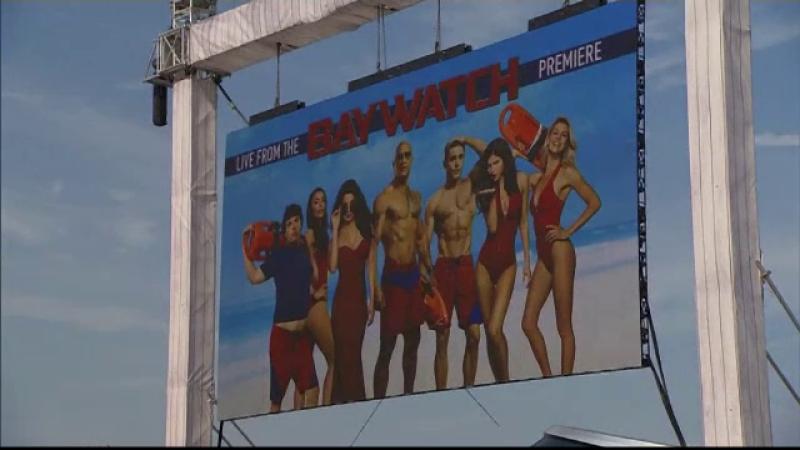 Premiera filmului Baywatch, la Miami. Cine joaca rolurile interpretate in serial de Pamela Anderson si David Hasselhoff