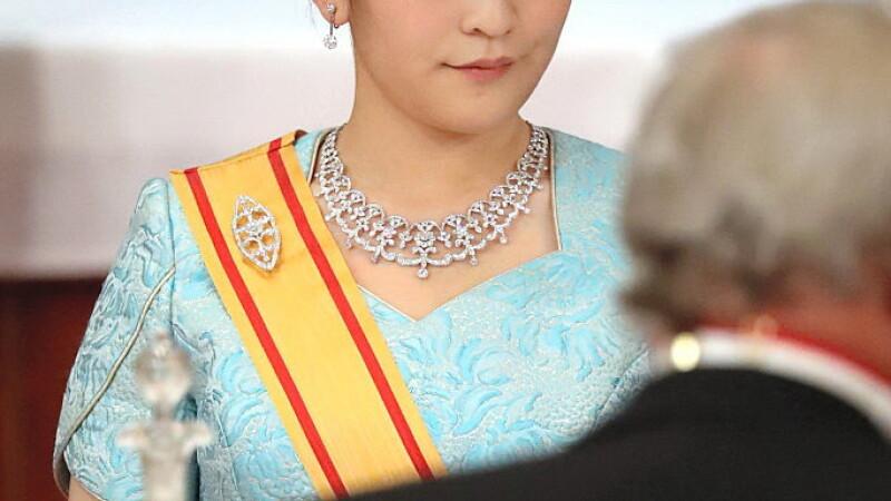Nepoata imparatului Japoniei renunta la privilegii pentru a se marita cu un