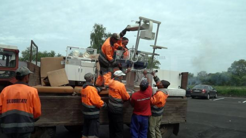 Incubatoarele pentru noua Maternitate din Falticeni, transportate cu tractorul de la Salubritate: