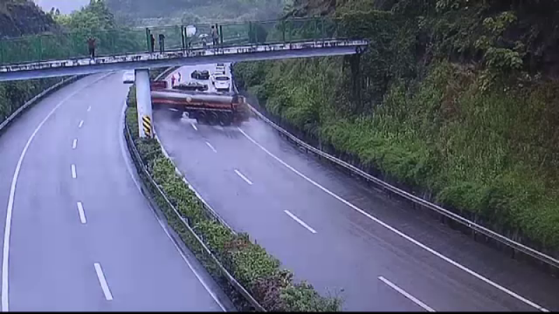 Un camion cisterna s-a rasturnat peste cateva masini, in trafic, din cauza vitezei. Bilantul accidentului din China