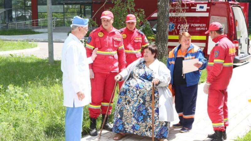 O femeie de 320 kg, transportata de SMURD la spital.