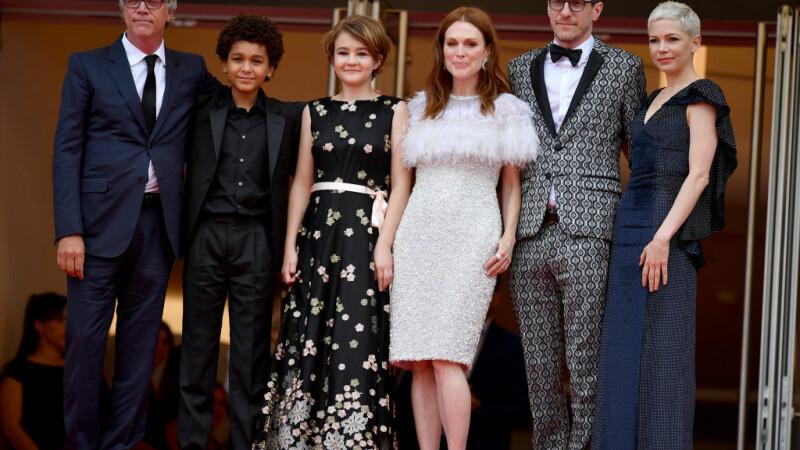 Julianne Moore, rasfatata serii pe covorul rosu la Cannes. La cei 56 de ani, actrita a optat pentru o tinuta atragatoare