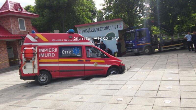 Trotuarul din Oraselul Copiilor, din sectorul 4 al Capitalei, s-a surpat cu tot cu o ambulanta SMURD. GALERIE FOTO