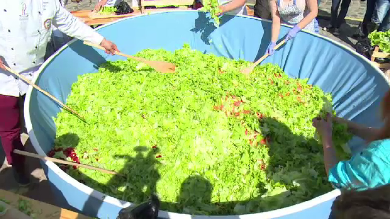 Salata uriasa, preparata intr-un vas de 2.000 de litri, in Cetatea Oradei. Ce au gasit vizitatorii la targul de produse eco