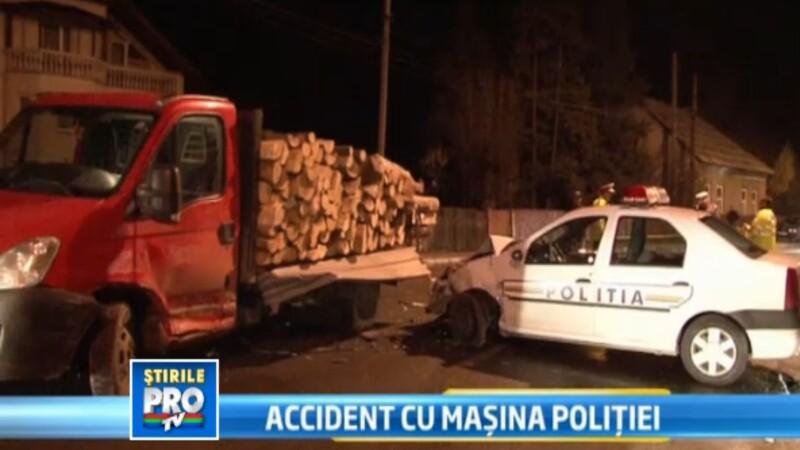 Accident cu masina politiei. Un echipaj de politie a intrat intr-o camioneta plina cu lemne
