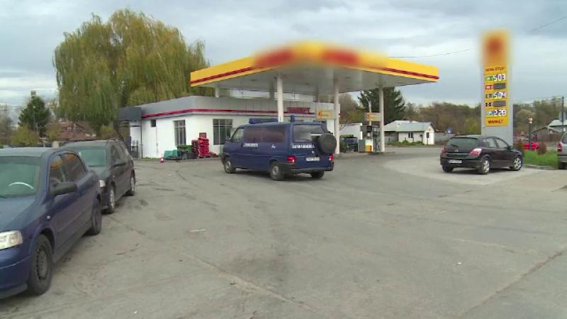 O benzinarie din Dambovita, jefuita de un barbat inarmat cu un cutit. Scena a fost surprinsa de camerele de supraveghere